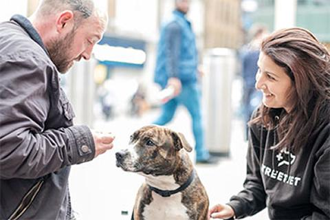 Jade Statt, co-founder of Street Vet, with a dog and its owner