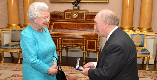 HM The Queen and Des Thompson (Press Association Images)